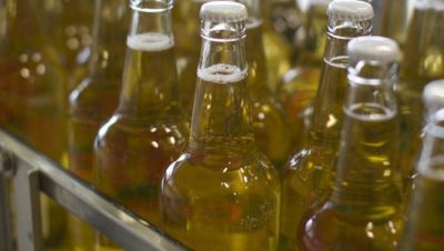 Eplemostflasker på tappelinja
