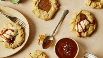 Minigaletter med eplemost og salt karamellsaus