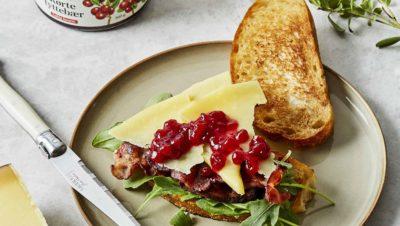 Sandwich med bacon ost eple og rorte tyttebaer