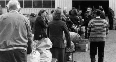 Kø for innlevering på 1980 tallet Askim Frukt -og Bærpresseri