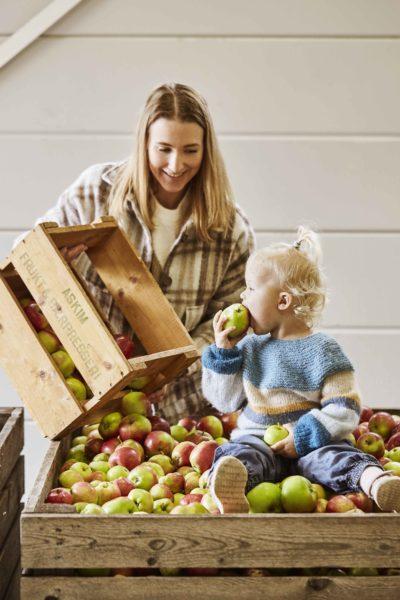 Mor og barn leverer epler